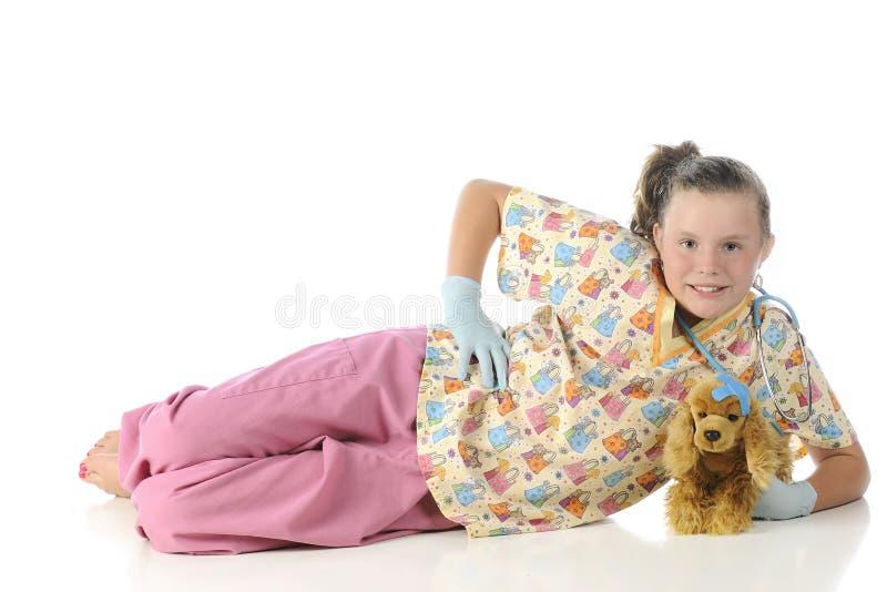 戏剧兽医放松与她的戏剧小狗 免版税库存照片