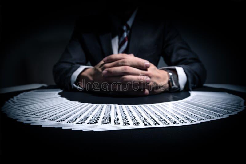戏剧卡片堆的抽象图象在经销商的前面的 免版税库存照片