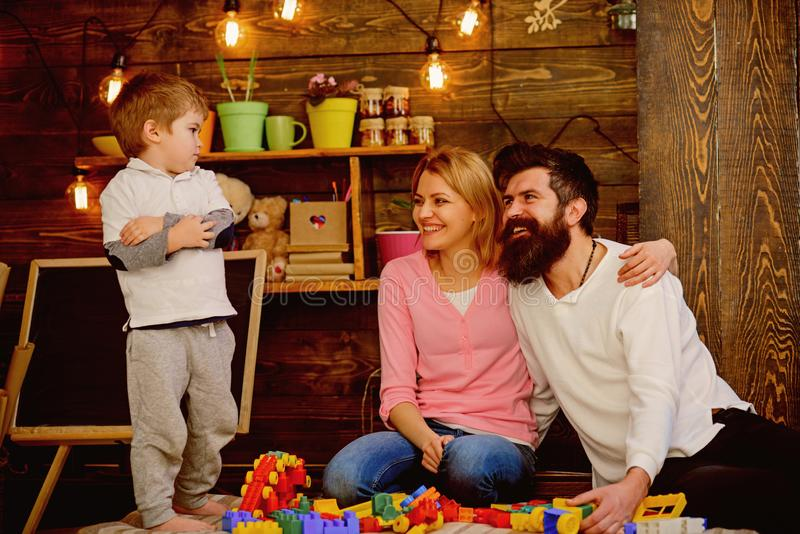 戏剧概念 有母亲的小孩和父亲使用与玩具砖 创造性的家庭戏剧 使用的最佳的地方 免版税图库摄影