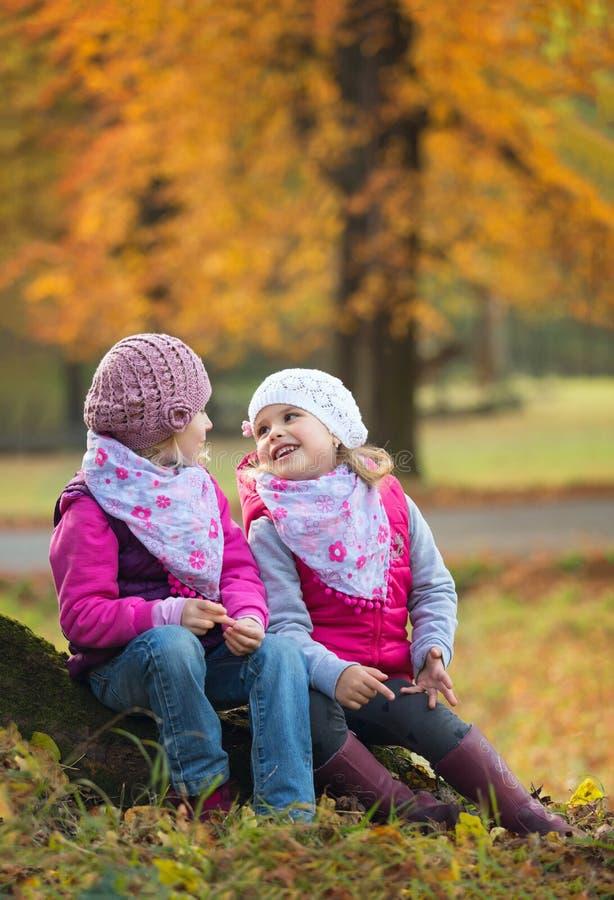 戏剧的孩子在公园 免版税库存图片