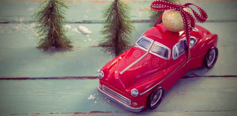 戏弄在木板条的汽车运载的圣诞节中看不中用的物品球 库存照片