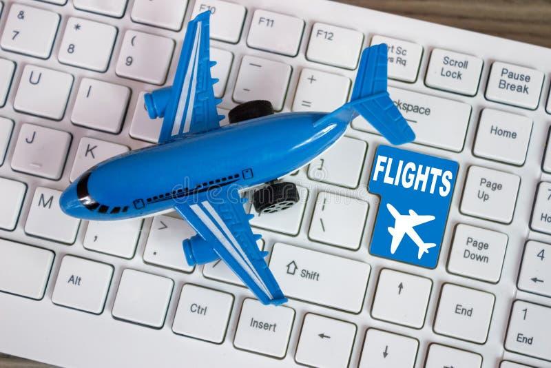 戏弄在键盘网上售票或购买的飞机平面tic 库存照片