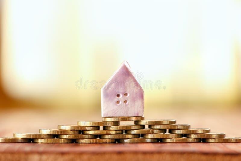 戏弄房子繁荣、舒适或者抵押的标志 库存照片