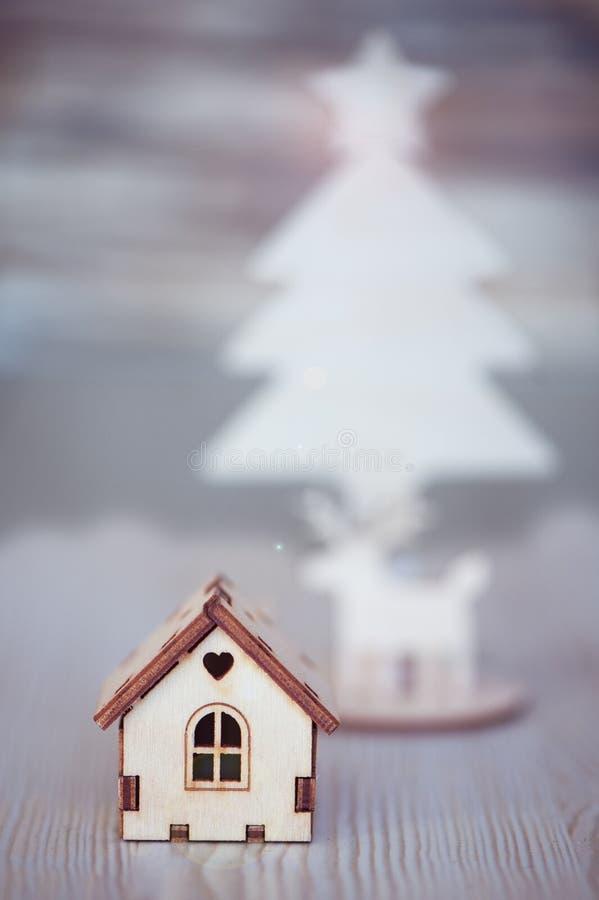 戏弄房子,在背景中圣诞树和鹿 免版税库存图片