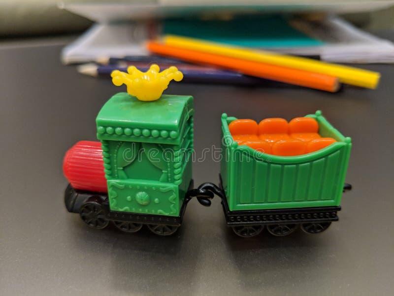 戏弄火车,研究桌,颜色,书,教育,孩子 免版税库存照片