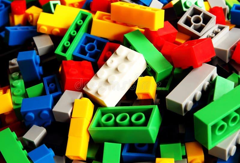 戏弄积木,五颜六色的塑料建设者 库存照片