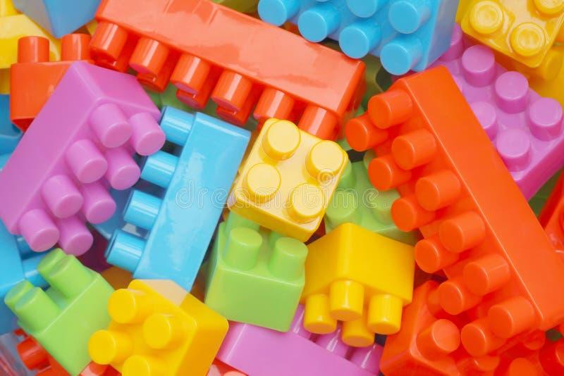 戏弄积木,孩子的五颜六色的塑料建设者 库存图片