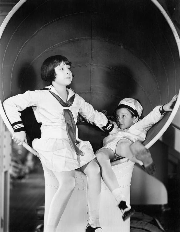 戏耍在一艘大船的兄弟和姐妹(所有人被描述不更长生存,并且庄园不存在 供应商warran 图库摄影