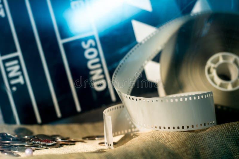 戏院拍板和录影在一块粗砺的布料的胶卷软片电影 库存图片