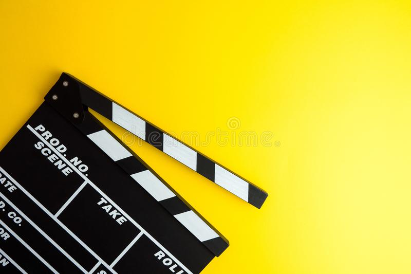 戏院最小的概念 在戏院的观看的影片 在黄色背景的拍板 图库摄影