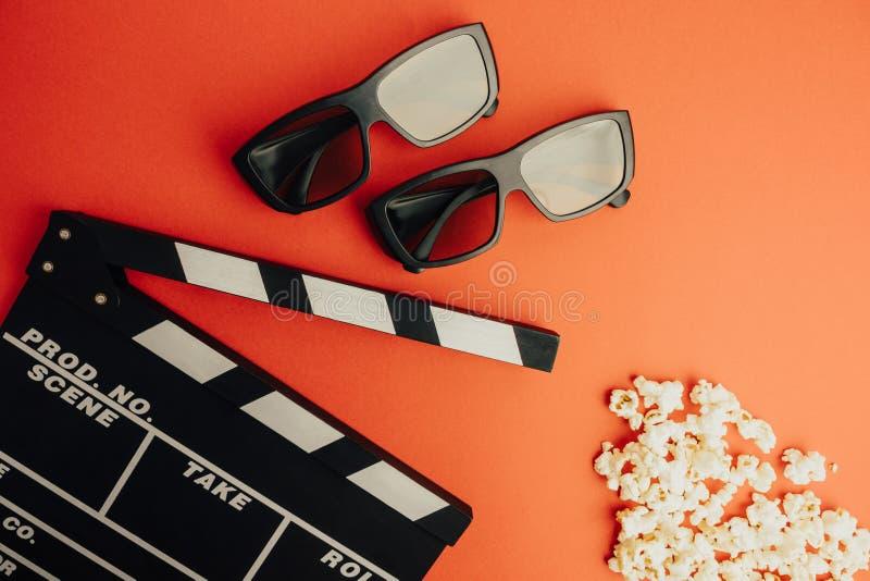 戏院最小的概念 在戏院的观看的影片 拍板, 3d玻璃,玉米花 免版税库存图片