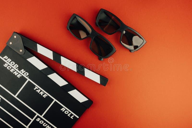 戏院最小的概念 在戏院的观看的影片 拍板, 3d玻璃 免版税库存照片