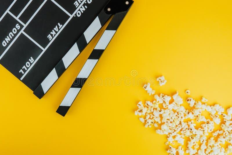 戏院最小的概念 在戏院的观看的影片 玉米花,拍板 库存图片