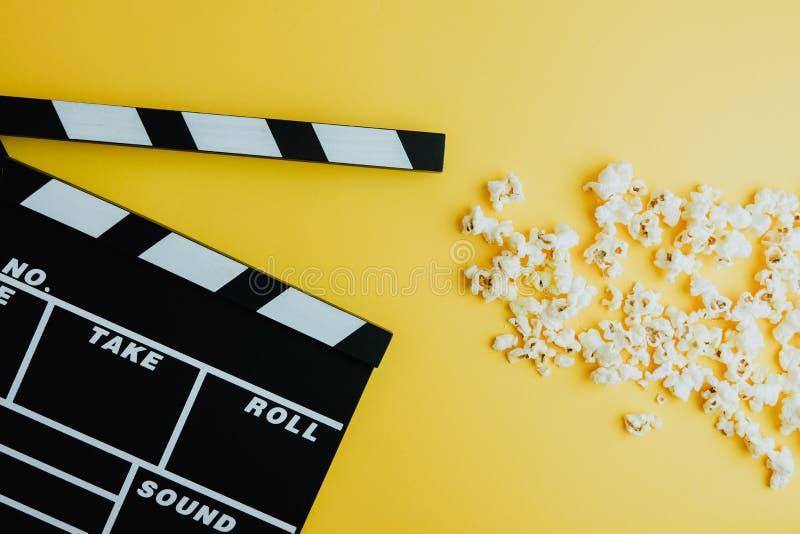 戏院最小的概念 在戏院的观看的影片 玉米花,拍板 免版税库存照片