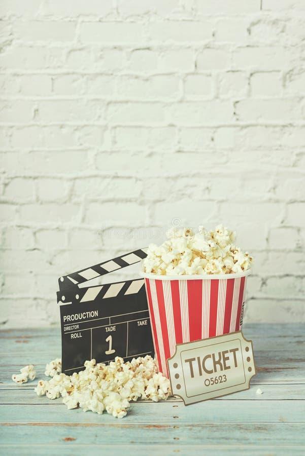 戏院电影概念、玉米花和clapperboard 免版税图库摄影
