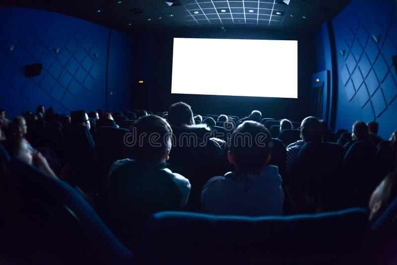 戏院的人观看电影的 免版税库存照片