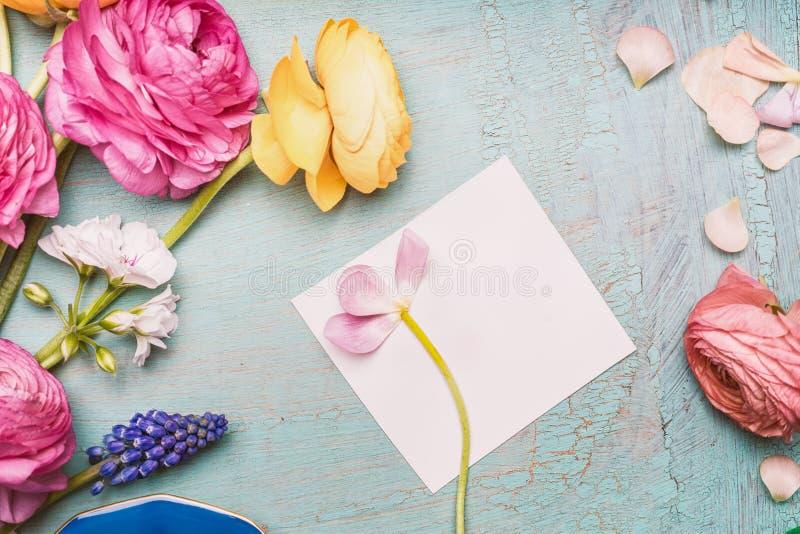 组成与白纸在破旧的别致的背景,顶视图的贺卡的可爱的花 免版税库存照片