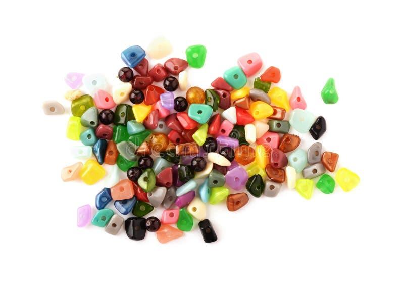 成串珠状五颜六色 玻璃、种子小珠和felted小珠做在白色背景的首饰的 免版税库存图片