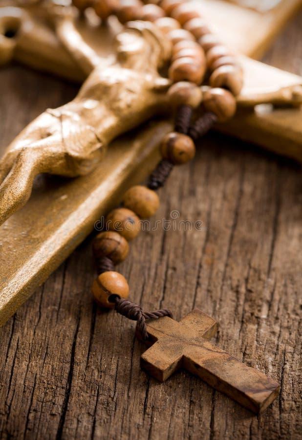 成串珠状木耶稣受难象的念珠 库存照片