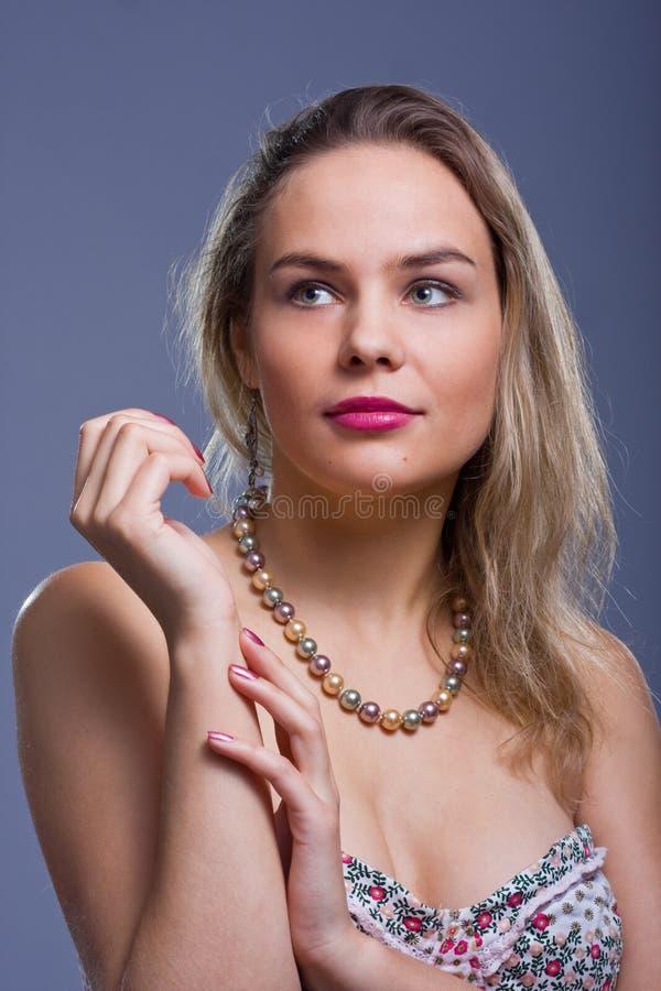 成串珠状美丽的妇女年轻人 库存照片