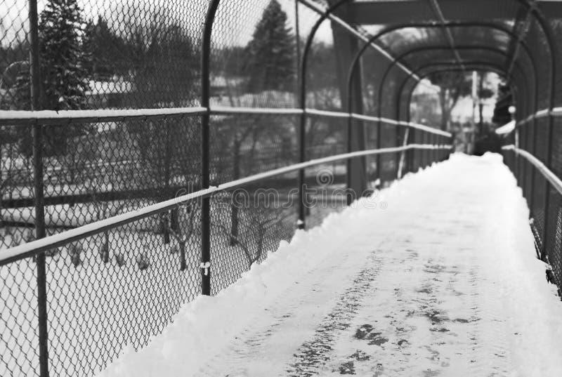 成为不饱和的黑暗和空的天桥桥梁 免版税库存照片