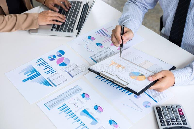 成为商人同事的伙伴咨询和d会议  免版税库存图片