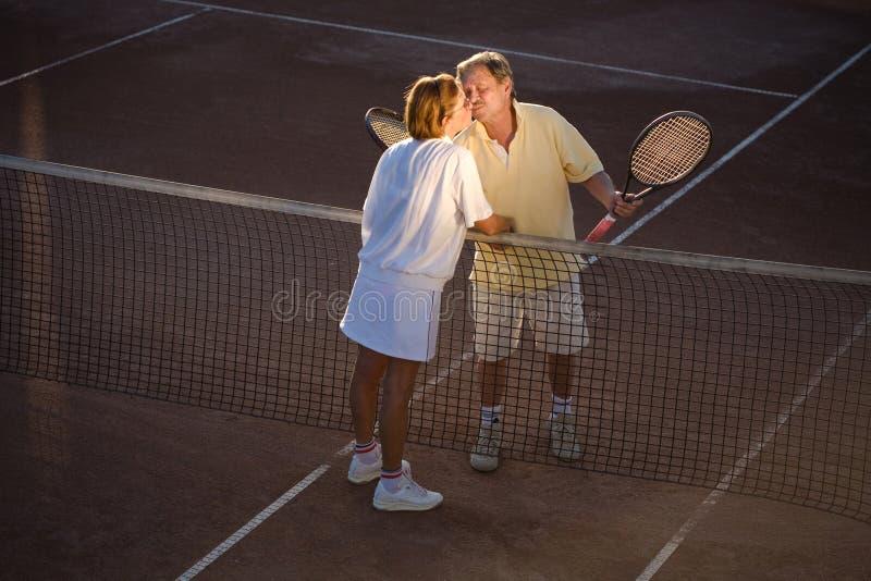 成为高级网球的伙伴 库存照片