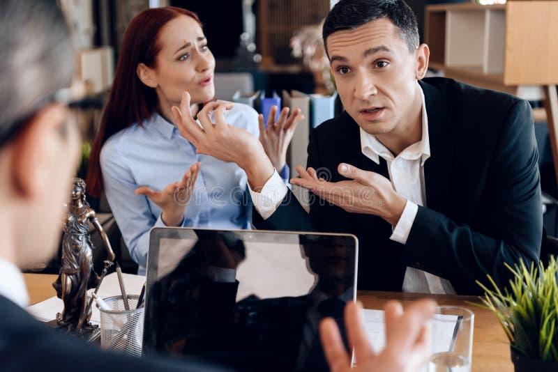 成人与离婚的夫妇在离婚律师办公室情感地沟通 免版税图库摄影