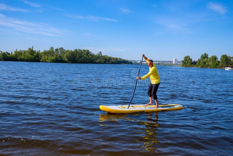 成人人在一口板训练航行 库存照片