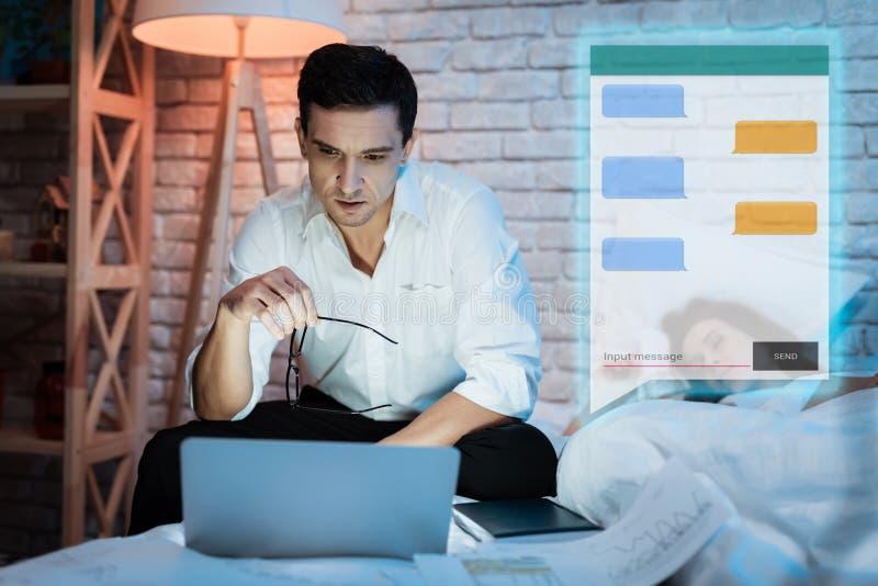 成人人在闲谈沟通在晚上 确信的商人在信使聊天 免版税库存照片