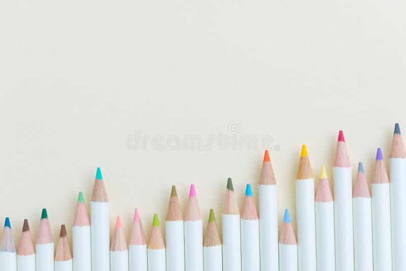 成人和学校chrildren着色设备,颜色铅笔 免版税库存照片