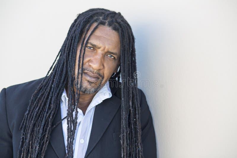 成人坚强的黑人画象有长的dreadlocks和蓝眼睛的 免版税库存图片