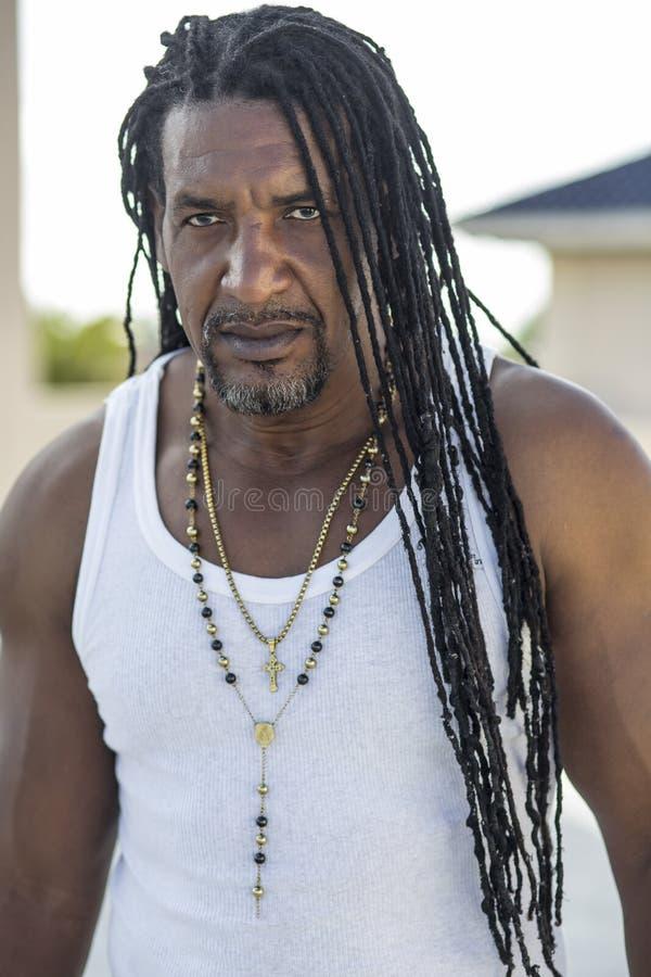 成人坚强的黑人画象有长的dreadlocks和蓝眼睛的 库存照片