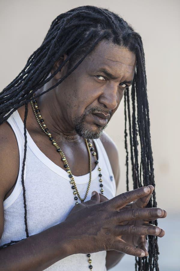 成人坚强的黑人画象有长的dreadlocks和蓝眼睛的 库存图片
