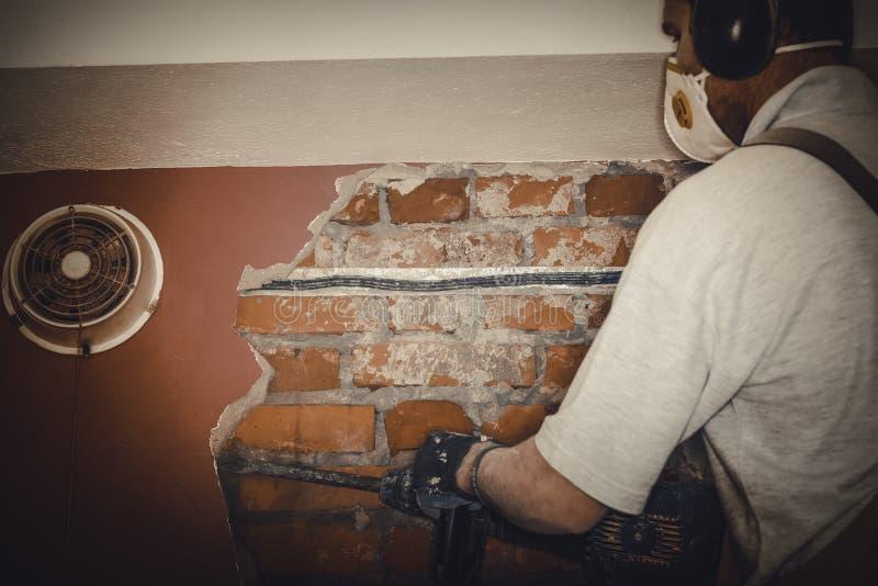 成人工作者去除拆毁墙壁 免版税库存照片