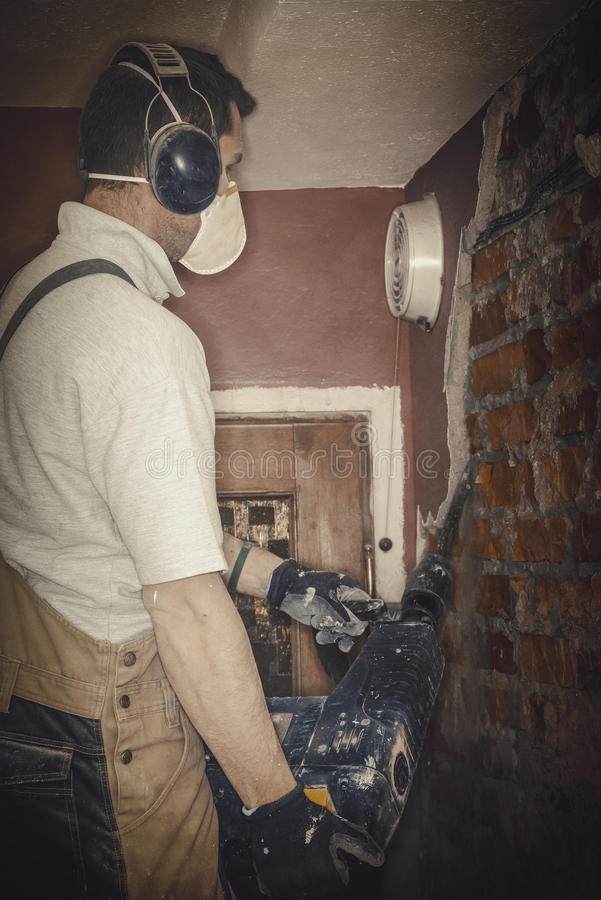 成人工作者去除拆毁墙壁 库存照片
