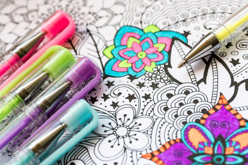 成人彩图,新的应力消除趋向 艺术疗法、精神健康、创造性和留心概念 成人着色 免版税图库摄影