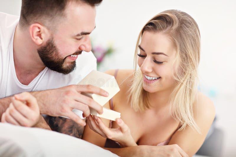 成人有吸引力的夫妇在床上 免版税库存照片