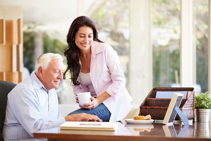 父亲插女儿_成人有膝上型计算机的女儿帮助的父亲