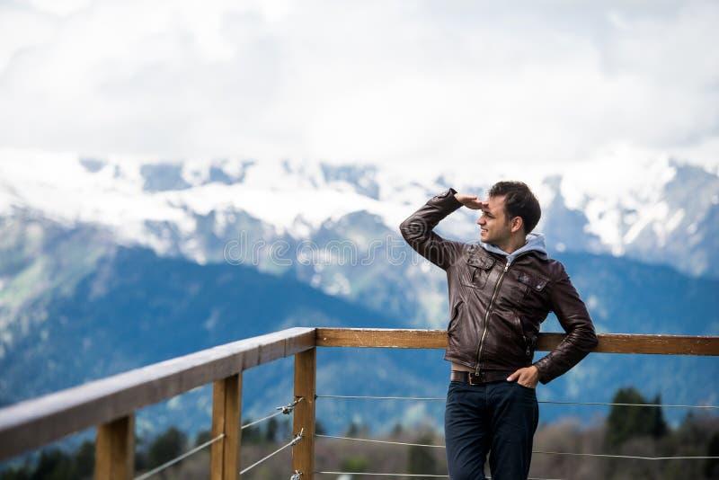 Download 年轻成人本质上看在山风景背景的看法 库存图片. 图片 包括有 查找, 衬衣, 纵向, 横向, 展望期, 成人 - 72365239