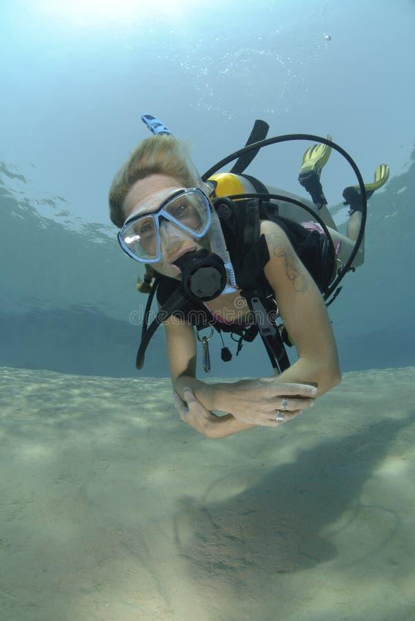 成人比基尼泳装潜水员女性水肺 免版税库存照片