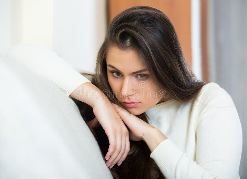 成人沮丧的妇女是忧郁的 免版税库存照片