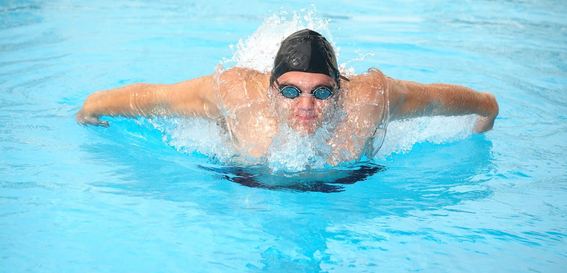 成人游泳者年轻人 库存图片