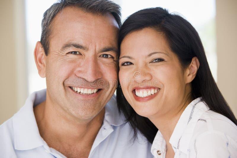 成人照相机夫妇中间微笑 库存图片