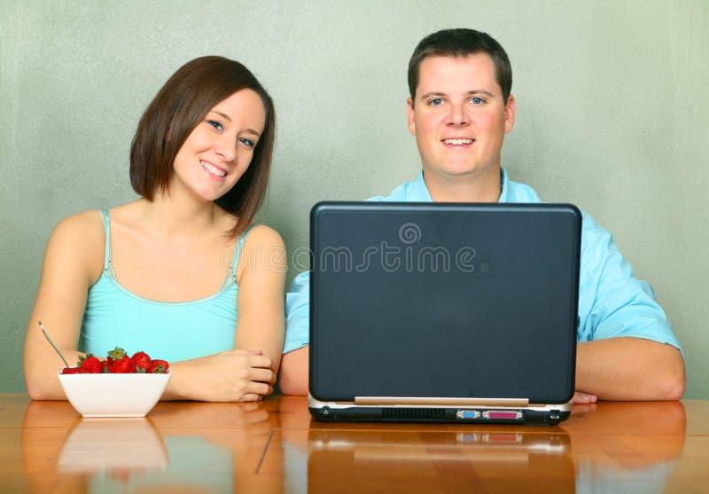 成人白种人厨房坐表二年轻人 库存照片