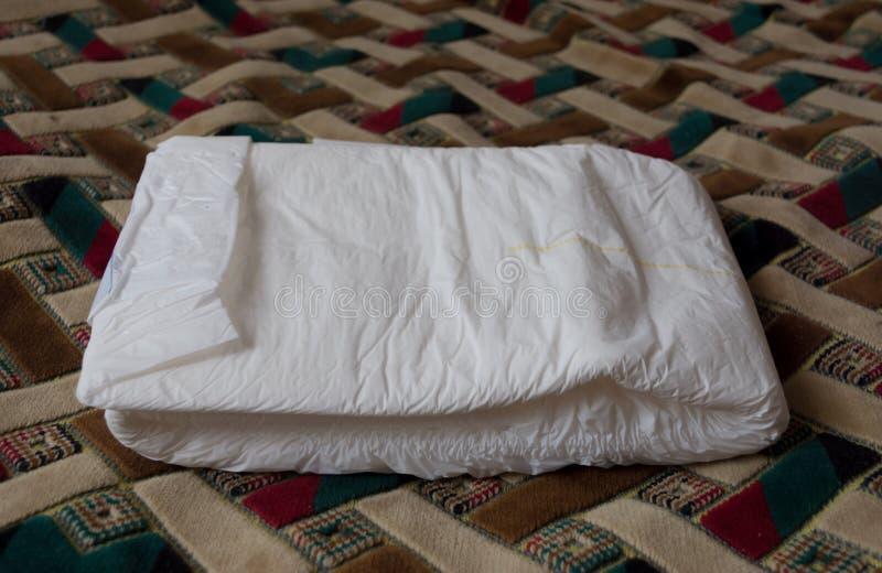 成人的被折叠的尿布 困于床的护理保健 Hygien 图库摄影