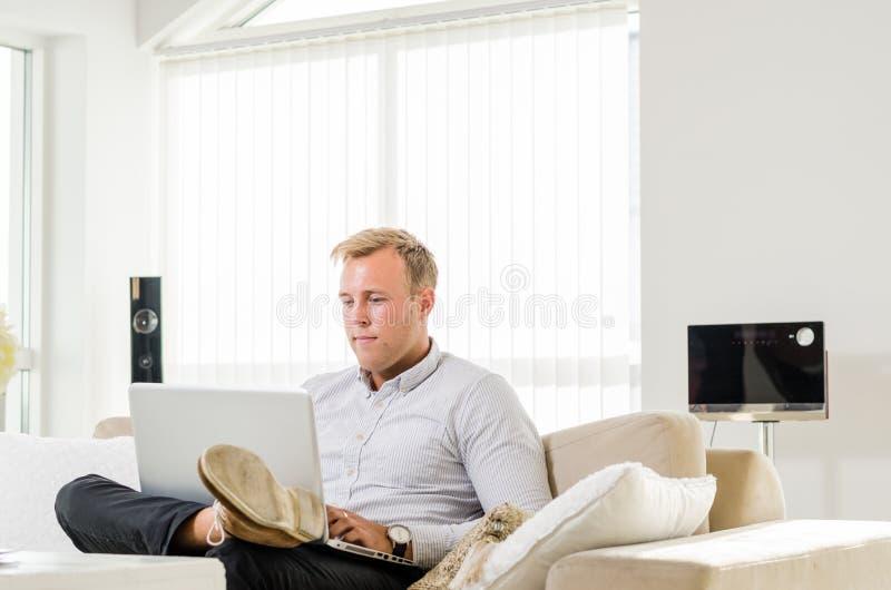 年轻成人研究膝上型计算机 免版税库存照片