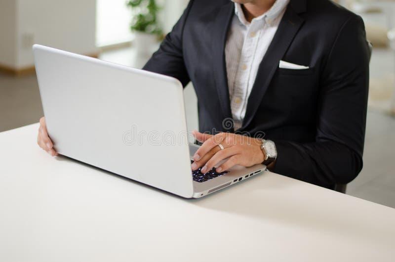 年轻成人研究膝上型计算机 免版税库存图片