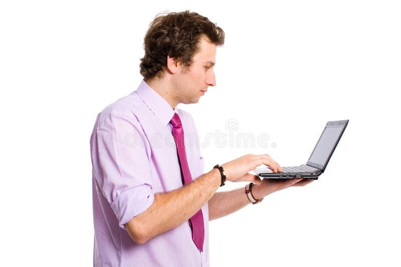 成人膝上型计算机小的工作年轻人 免版税库存照片