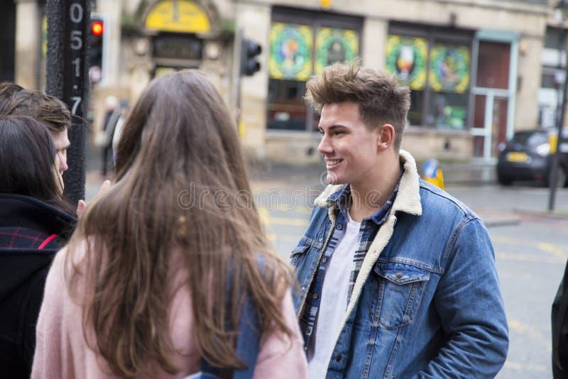 年轻成人谈话在城市 库存图片